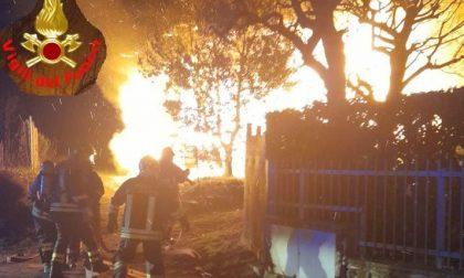 Ancora una notte di fuoco: intervento di 4 ore dei pompieri per domare un incendio a Galbiate. Due intossicati