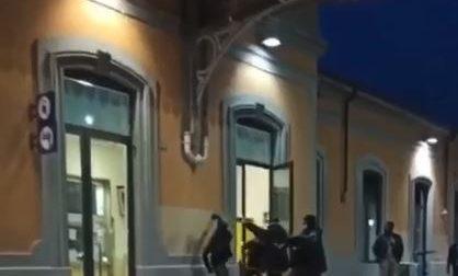 Violenta aggressione in stazione, in corso gli accertamenti VIDEO