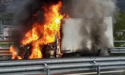 Furgone avvolto dalle fiamme al Trivio, le impressionanti immagini