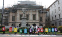 Renzo e Lucio: flash mob a Lecco per la Legge Zan