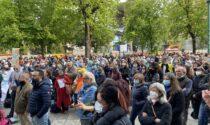 """(Proprio) a Bergamo il raduno """"No paura day"""": in 600 a cantare """"la pandemia è una fesseria"""""""