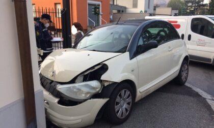 Scontro al semaforo: auto si schianta contro il muro