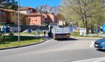 Camion bloccato alla rotonda: città paralizzata