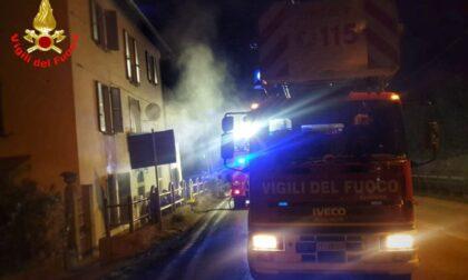 Terribile incendio in una palazzina: i Vigili del fuoco salvano un uomo dalle fiamme