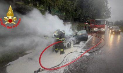 Intervento dei Vigili del Fuoco per un'auto in fiamme allo svincolo della Statale 36