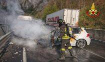 Auto a fuoco sulla Lecco Ballabio dopo lo scontro con un furgone