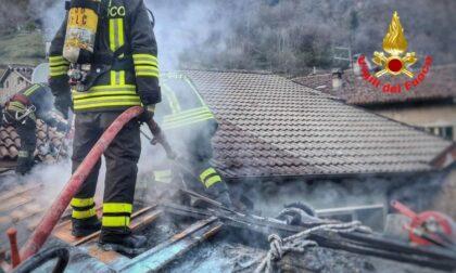 Tetto a fuoco: tre squadre di Vigili del Fuoco in campo per spegnere le fiamme