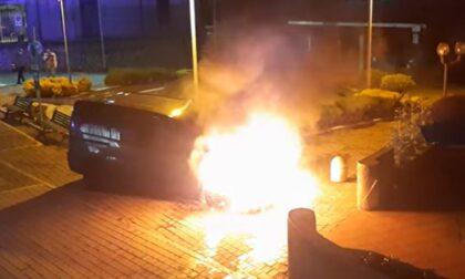 Paura per un furgone avvolto dalle fiamme, salvi due ragazzi