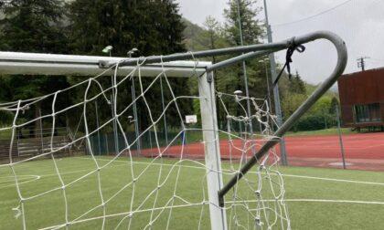 """Vandali in azione al campo, il Comune corre ai ripari: """"Multa di 100 euro a chi verrà sorpreso a giocare senza aver prenotato"""""""
