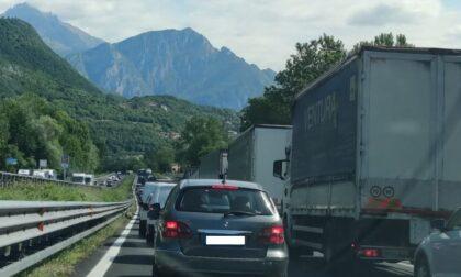 Chiuso il tunnel del Barro: traffico in tilt nel Lecchese da ore, le immagini delle code infinite