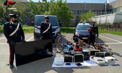 Arrestato per spaccio: in casa sua i Carabinieri trovano anche  materiale rubato nelle scuole