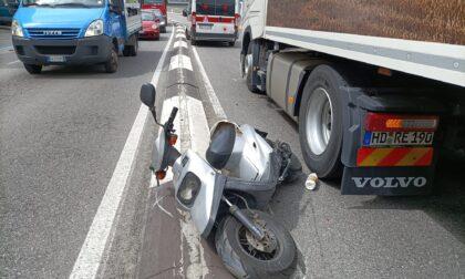 """Paura per un motociclista """"incastrato"""" tra un camion e lo spartitraffico"""