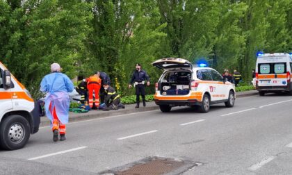 Madre e due figli investiti da pirata della strada che scappa: gravissimo il bimbo di 7 anni. Trasportato in elicottero a Bergamo