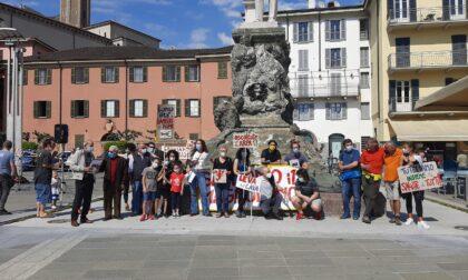 """Presidio del comitato """"Salviamo il Magnodeno"""" in piazza"""