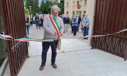 Garlate, inaugurati il cortile d'ingresso del municipio e il parco Mezzaluna