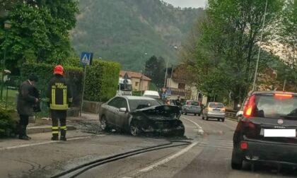 Paura per un'auto a fuoco sulla Provinciale