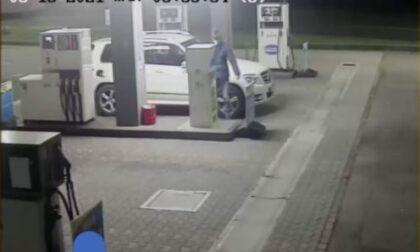 Raffica di rifornimenti da due euro nel cuore della notte: il benzinaio posta in rete la foto del furbetto del Cashback
