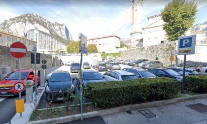 Parcheggio di via Parini, prima mezz'ora di sosta gratis