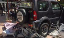 Jeep sbaglia la retro e travolge un'anziana passante