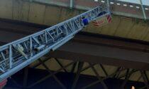 Dal cavalcavia piovono calcinacci, intervengono i pompieri