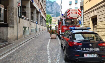 Paura in centro Lecco: si stacca una lastra da 40 chili da un palazzo e colpisce un passante