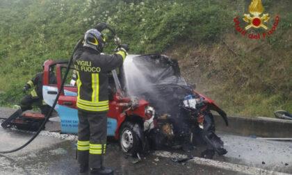 Frontale tra furgone e Panda che va a fuoco: muore 37enne