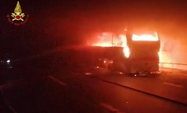 statale 36 bus in fiamme in galleria