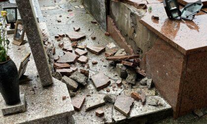 Fulmine si abbatte sul cimitero, esplose alcune tombe
