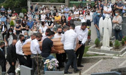 """L'addio a don Graziano Gianola nella sua Premana: """"Lui vorrebbe squarciare i cieli per consolare la mamma e i fratelli"""""""