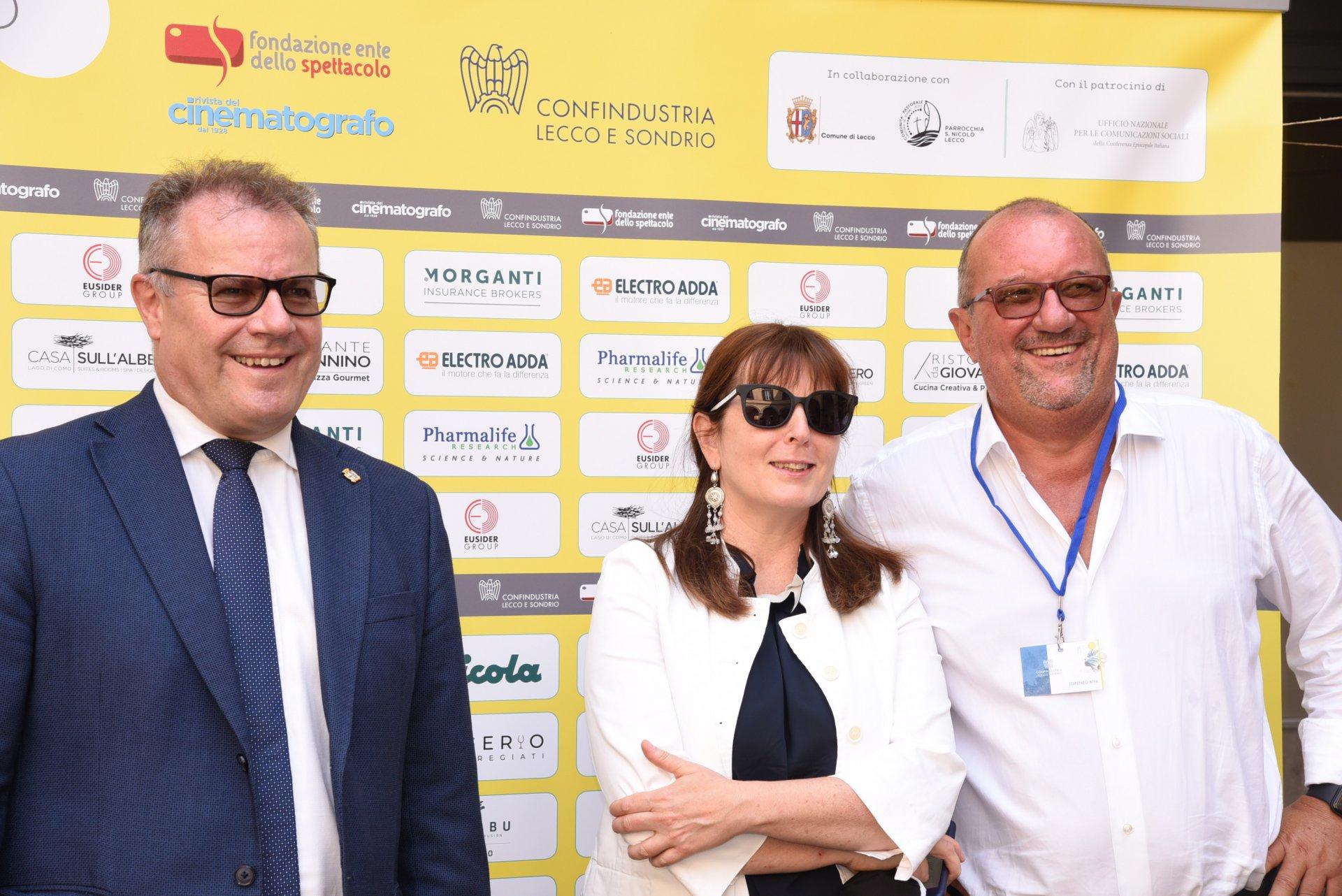 Lorenzo Riva con Francesca Bonacina e Virginio Brivio durante la cerimonia di apertura del primo Lecco Film Fest