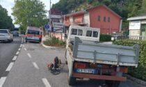 Operatore ecologico investito da furgone della consegna farmaci