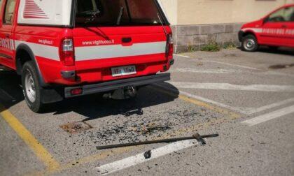 Vandalo spacca il vetro posteriore di un fuoristrada dei Vigili del fuoco