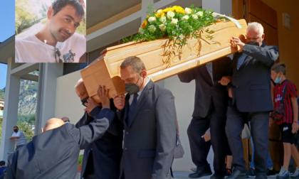 """L'ultimo saluto al giovane papà Michele Di Perna. Il sacerdote: """"Non smetterà mai di amare la sua famiglia"""""""