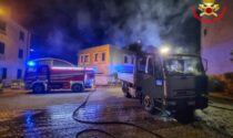 Camion in fiamme nella notte