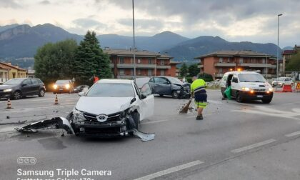 Schianto sulla Provinciale all'alba, macchine distrutte e due feriti
