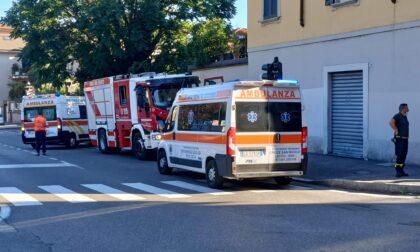 Schianto al semaforo, auto si ribalta:  cinque coinvolti, mamma e figlia in ospedale