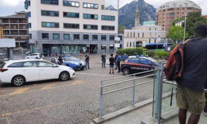 Ancora violenza sui treni a Lecco: agente della Polfer aggredito finisce in ospedale