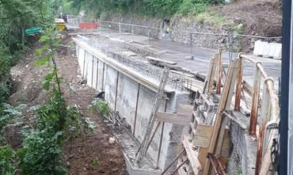 Dopo il muro crollato riaperta la Bellano - Vendrogno a senso unico alternato