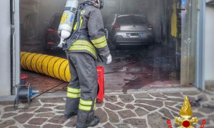 Incendio in un capannone, intossicata una donna. I Vigili del Fuoco salvano il cane dalle fiamme