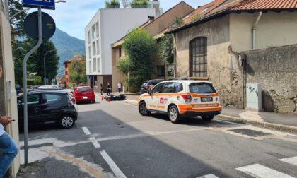 Schianto a Lecco in via Col di Lana: motociclista in condizioni serie