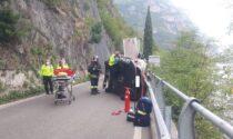 Auto ribaltata sulla strada della Rocca: ferita la mamma, figlio incastrato liberato dai pompieri