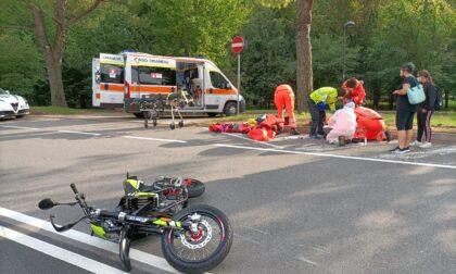 Scontro frontale tra moto: 15enne e 45enne in condizioni serie
