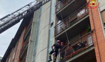 Deve andare in ospedale: i pompieri raggiungono il suo appartamento con l'autoscala