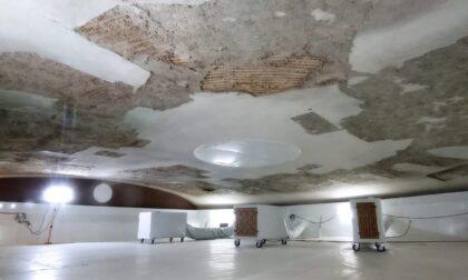 Le spettacolari immagini della rimozione dell'affresco di Orlando Sora dalla volta del Sociale