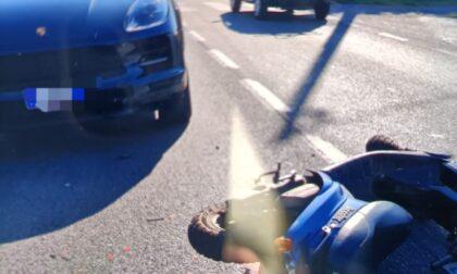 Operaio in scooter tamponato da una Porsche