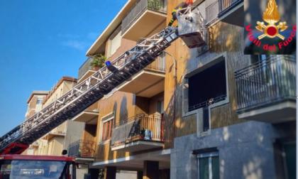 Cadono in casa e rimangono bloccati: i pompieri li raggiungono con l'autoscala e li salvano