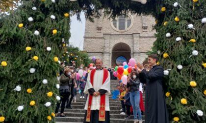 """Carenno abbraccia il nuovo parroco: """"Benvenuto don Marcello"""""""